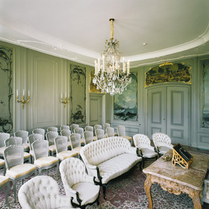 Zaal met rococo-behangsels en bovendeurstukken met Chinese voorstellingen