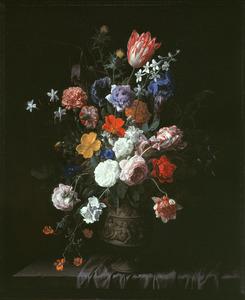 Bloemen in een gedecoreerde vaas op een, deels met een tafelkleed bedekte, stenen plint