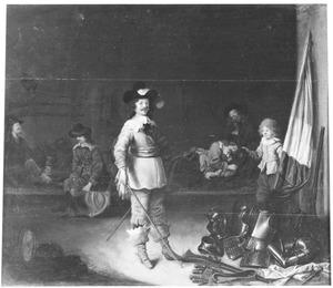 Rustende soldaten in een wachtlokaal, met een staande officier op de voorgrond