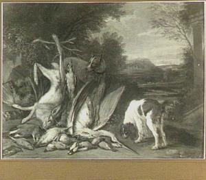 Twee honden bij jachtbuit van haas en gevogelte in een landschap; in de achtergrond een hertenjacht