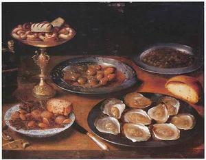 Stilleven van tazza met koekjes, oesters, olijven, zoetigheid en brood