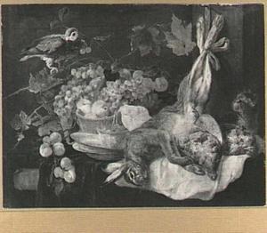 Stilleven van vruchten, haas en patrijzen op een tafel; linksboven een papegaai en rechts een kat