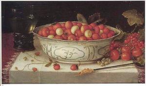 Stilleven met aardbeien in een Wan Li-kom, een roemer, een lepel en losse vruchten op een met een wit servet gedekte tafel
