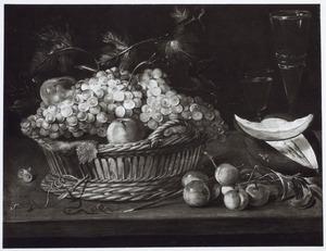 Stilleven met fruit in een rieten mand en glazen op een houten blad