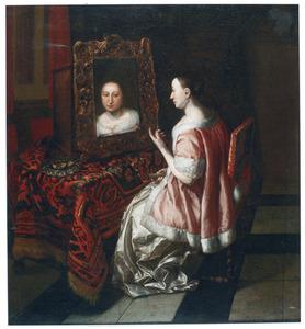 Een rijk gekleede vrouw, zittend aan een tafel, voor een spiegel