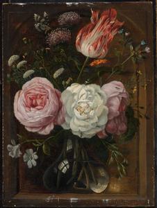 Bloemenstilleven met rozen, een tulp in een glazen vaas  in een nis