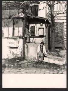 Lotti van der Gaag voor haar atelier in de Rue Veringétorix