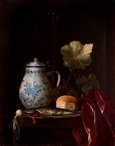 Stilleven van een porseleinen kan, een tinnen bord met een vis, een broodje, een tros druiven en een fluitglas