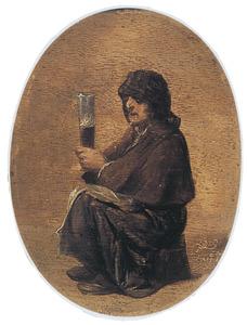 Oude vrouw met halfvol hoog bierglas