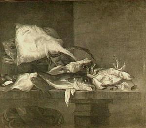 Visstilleven met verschillende vissen en schaaldieren op een stenen tafel; onder de tafel een mand met schol