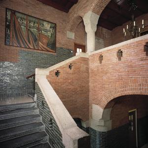 Trappenhuis van gemeentehuis met wandschilderingen en gebrandschilderde ramen