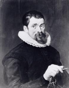 Portret van een man met een sleutelbos in zijn rechterhand