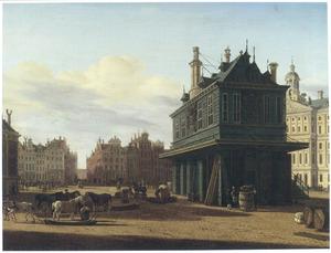 Gezicht op de Dam te Amsterdam, gezien naar de Beurssteeg, met rechts de Waag en daarachter het stadhuis