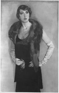 Portret van een staande vrouw met bontstola, lange handschoenen en tasje