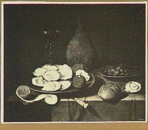 Stilleven van een mandfles, bord met oesters en een wijnglas