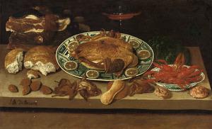 Stilleven van gevogelte, rivierkreeften en andere etenswaren op een tafel