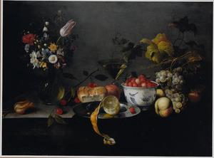 Stilleven met een vaas bloemen en een porceleinen kom met aardbeien