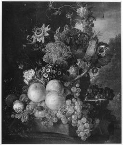 Stilleven van vruchten en bloemen in een tuin