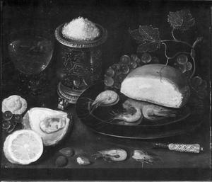 Stilleven met oester, garnalen, zoutvat, broodje en citroen