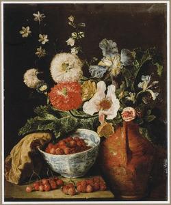 Stilleven met bloemen en aardbeien in een porseleinen kom