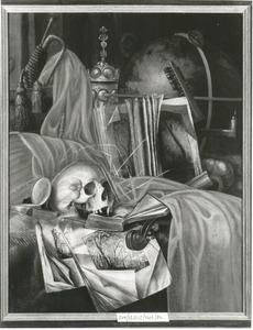 Vanitasstilleven met schedel, muziekinstrumenten en andere voorwerpen op een gedekte tafel