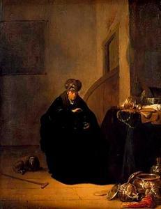 Goudwegende man bij een tafel met siervaatwerk, boeken en juwelen in een interieur