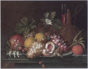 Vruchten en noten op een tinnen bord, met een mandfles en een fluitglas op een stenen blad