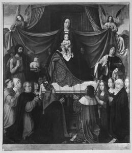 Maria met kind, engelen, heiligen en leden van de Portugese koninklijke familie: koning Manuel I van Portugal (1469-1521) met zijn dochters (rechts) en paus Leo X met geestelijken en kooplieden (?)