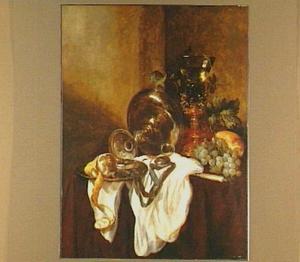 Stilleven met omgevallen tazza, horloge, citroen en roemer op een wit servet en donker-rood kleed