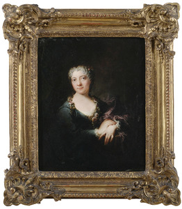 Portret van een vrouw met een bloemguirlande om haar hals