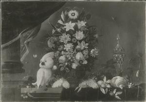 Stilleven met bloemen in een vaas en een kaketoe