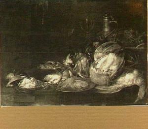 Stilleven van gevogelte, wijnglas, steengoed kruik en een tinnen bord met rivierkreeftjes