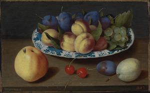 Schotel met vruchten op een houten tafel