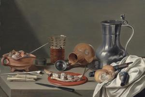 Stilleven met haring op een houten bord, tinnen kan divers rokersgerei, bier en mes met foudraal