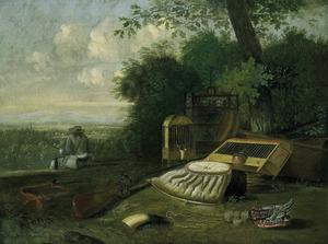 Jager zittend aan een bosrand kijkend in een weids landschap; op de voorgrond een stilleven van jachtattributen