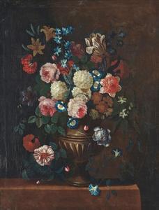 Rozen, sneeuwballen, dagschone en andere bloemen in een vaas op een stenen tafel