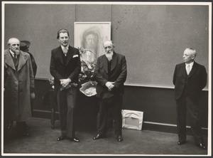 Adriaan van Zeegen (midden, met baard) en Jan Sluijters (links, met baard)  op de overzichtstentoonstelling van Jan Sluijters