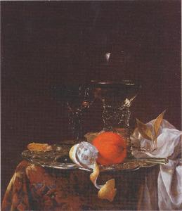 Stilleven met glaswerk en fruit op een zilveren schotel