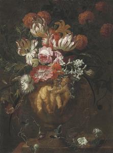 Bloemen in een gebeeldhouwde urn met putti in relief op een plint