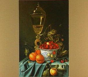 Stilleven met  aardbeien in een porseleinen schaal, perziken en kersen en een glazen bokaal