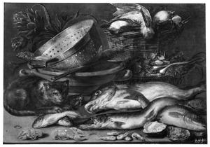 Stilleven met vis, gevogelte, groenten, keukengerei en een kat