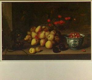 Stilleven met vruchten en een geketend aapje dat een noot eet