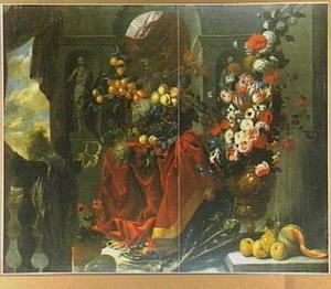 Stilleven van vruchten en bloemen, links een balustrade met daardoor een doorkijk naar een landschap