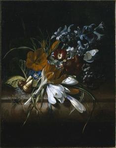 Tuiltje bloemen, met insecten en vlinders, op een marmeren tafel