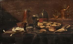 Stilleven met rokersgerei, oesters, een roemer en een spel kaarten op een tafel