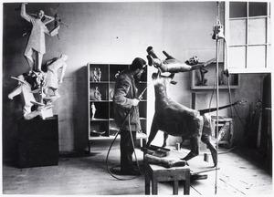 André Schaller aan het werk in zijn atelier