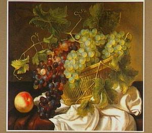 Stilleven met een mand druiven en een perzik