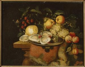 Stilleven met fruit, oesters, een berkemeier en een tapijt op een houten tafel
