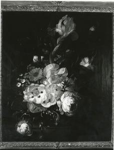 Stilleven met bloemen op een marmeren blad