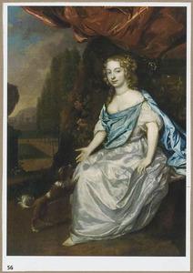 Portret van een  vrouw, zittend onder een draperie in een parklandschap met schoothondje